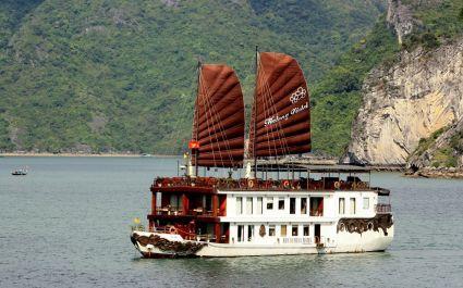 Extravagantes Kreuzfahrtschiff mit zwei großen Segeln