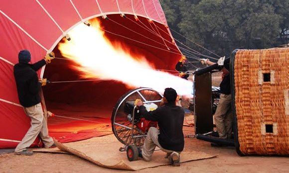Vor der Bagan Ballonfahrt wird der Ballon mit Heißluft gefüllt