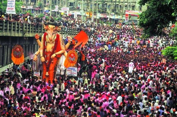 Parade zum Ganesh Chaturthi Fest in Indien
