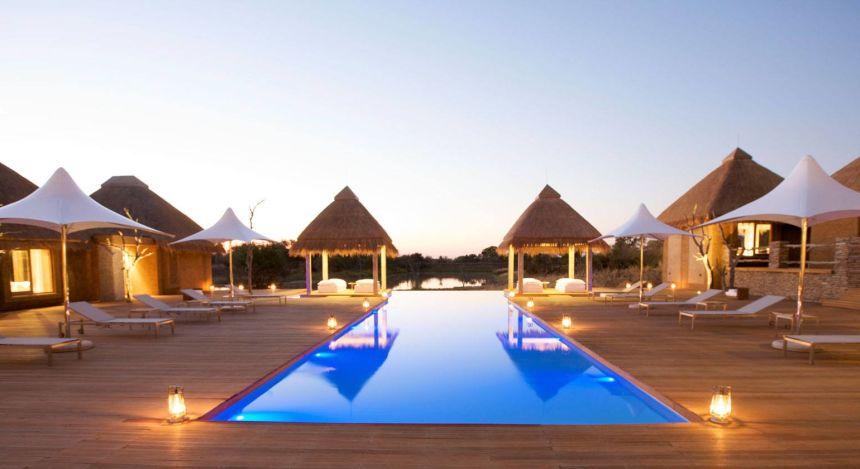 Großer Swimmingpool mit Pavillons