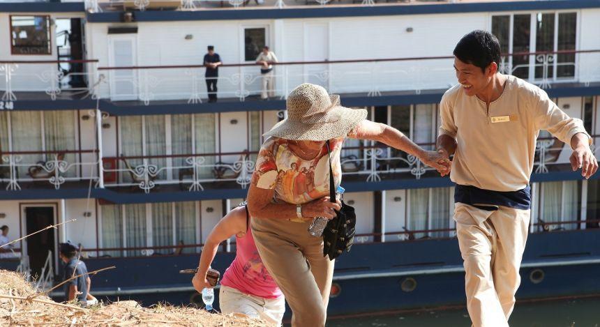 Menschen gehen von Bord eines Kreuzfahrtschiffes