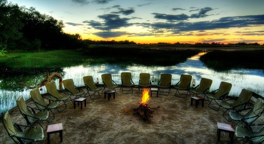 Lagerfeuer am Ufer im Kanana Camp, Okavango Delta