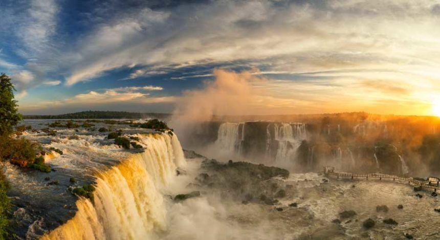 Aussicht über die Iguazú-Wasserfälle im Norden von Argentinien