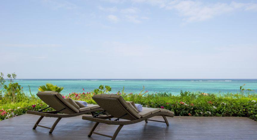 Liegestühle mit Blick aufs Meer im Zawadi Hotel in Sansibar, Tansania