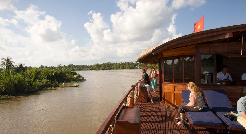 Gäste beobachten das Leben am Fluss