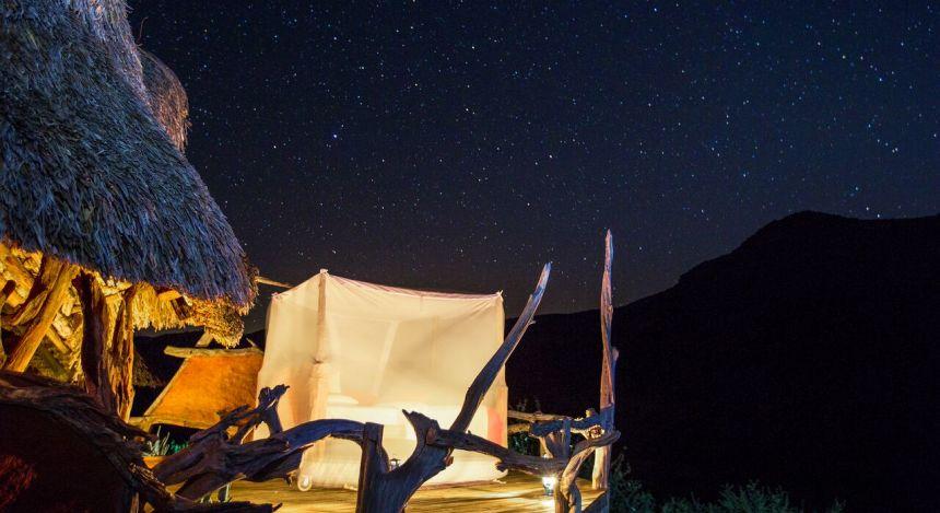 Bett unter Sternenhimmel