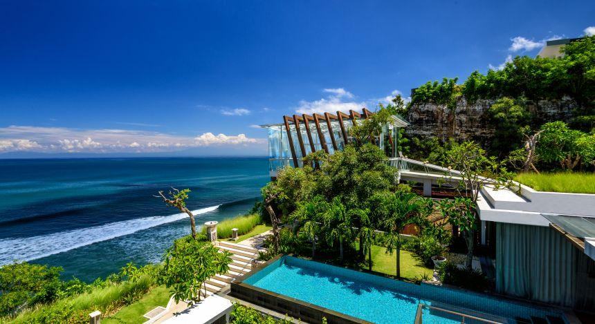 Vogelperspektive über eine Poolvilla des Anantara Uluwatu Bali Resorts