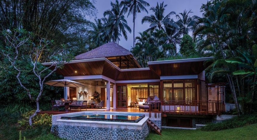 Außenansicht der Villa mit Außenterrasse und Pool