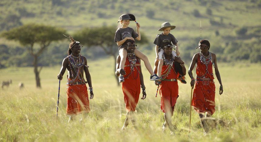 Gruppe Personen wandert durch die Felder