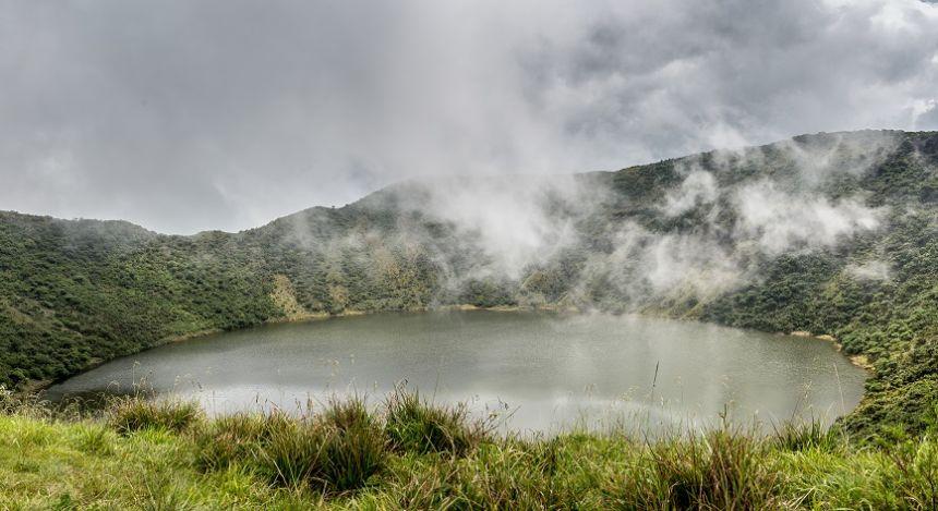 Kratersee unter Nebelschwaden