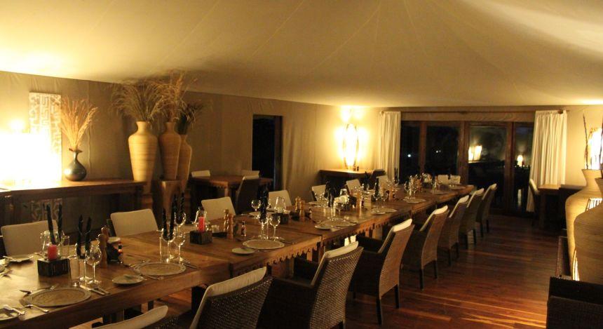 Feierlich gedeckte Tische im großen Safari-Zelt