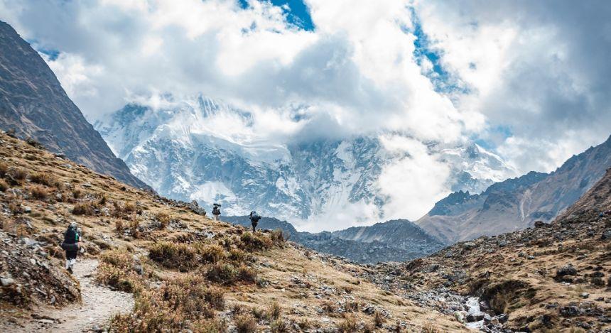 Zwei Wanderer vor nebeliger Bergkulisse