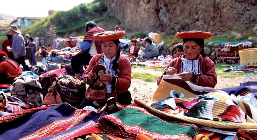 Peru Sehenswürdigkeiten: Markt mit traditionell gekleideten Marktfrauen und Waren