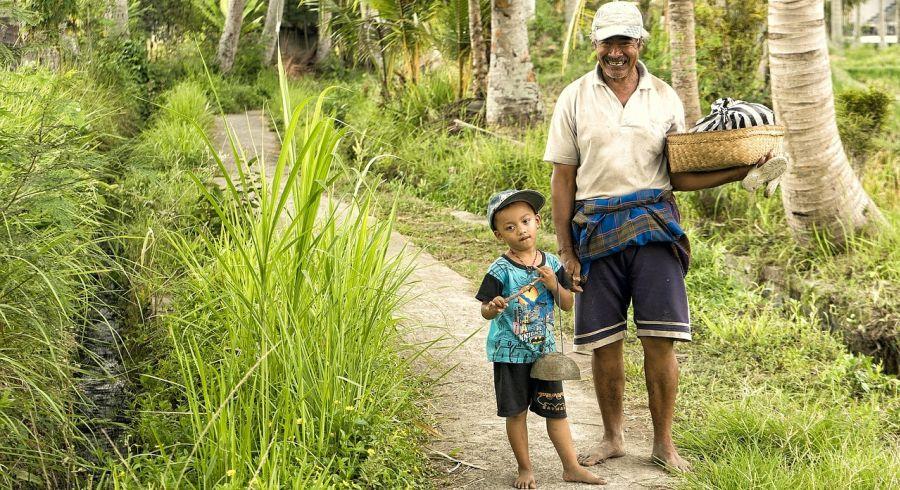 Vater mit Kind auf Indonesien