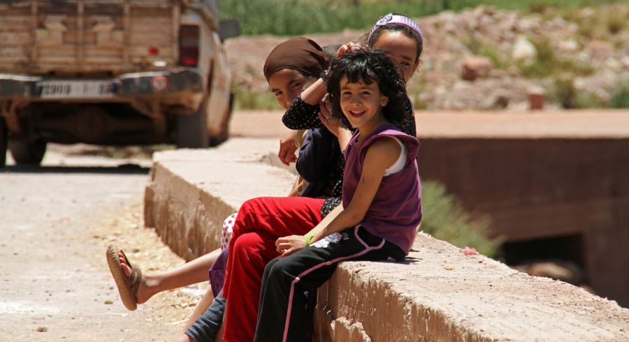 Everyday Morocco - A bunch of children sitting by the roadside in Marrakech