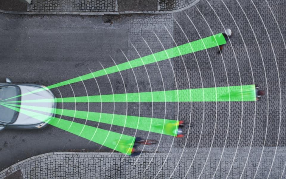 Illustrasjon av Volvo som scanner veien foran for potensielle farer gjennom systemet City Safety