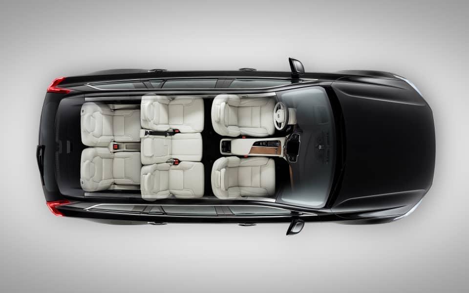 Volvo XC90 sett fra oven uten tak for å beskue interiøret med syv seter oppslått