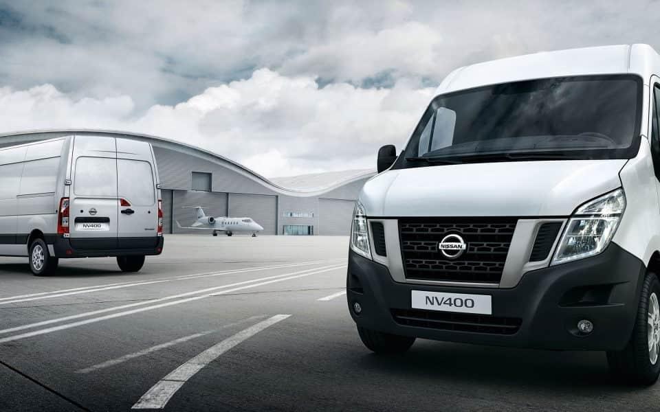 Nissan NV400 2 hvite varebiler parkeringplass