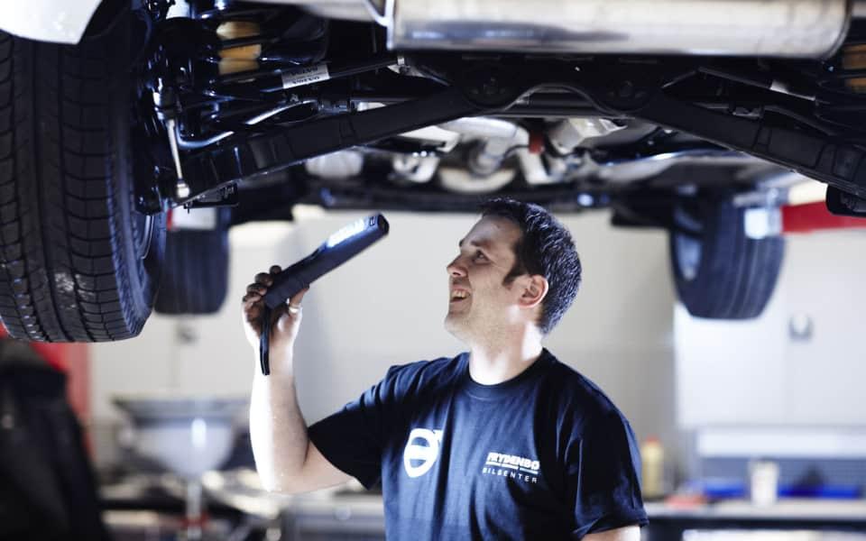 Personlig Servicetekniker hos Frydenbø bilsenter feilsøker på Volvo på verkstede