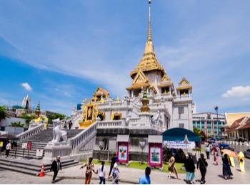 Tourists Gathered Around Wat Traimit Bangkok