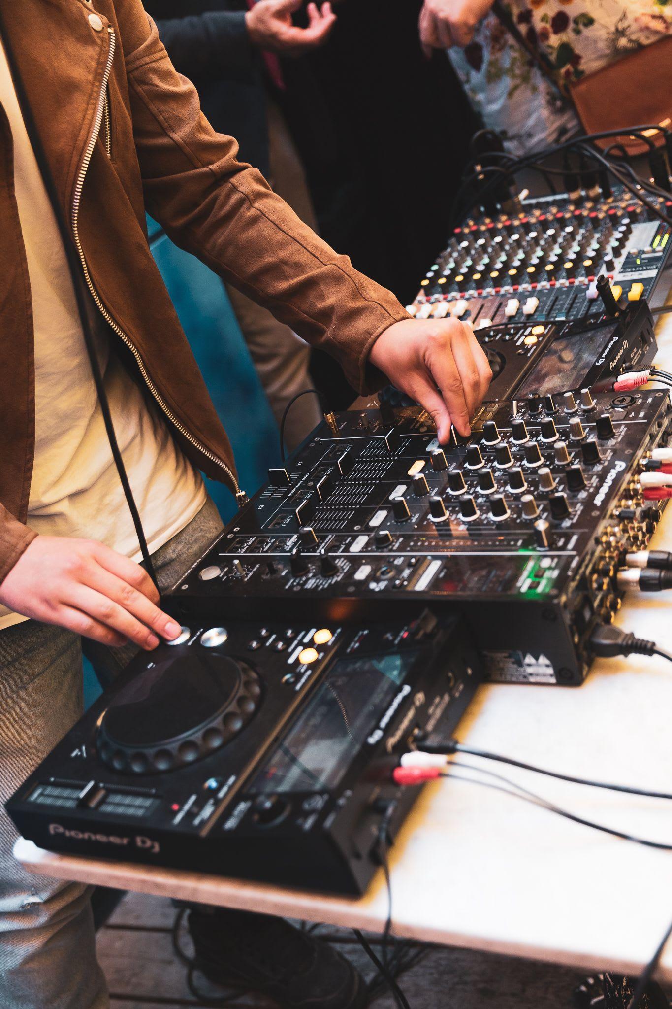 Vi listar sex grymma DJ:s som du kan hyra med utrustning
