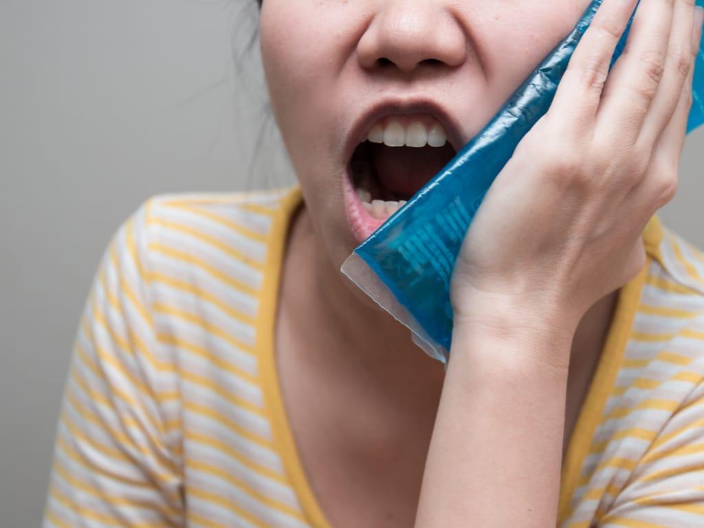 femme souffrant de douleurs intenses a la machoire