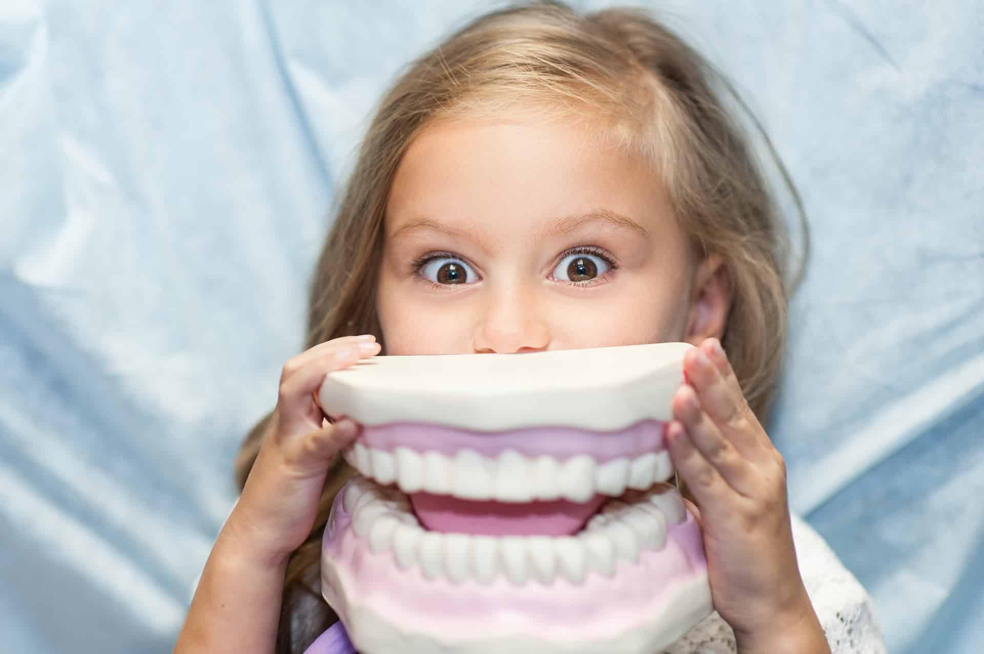 orthodontiste enfant souriante