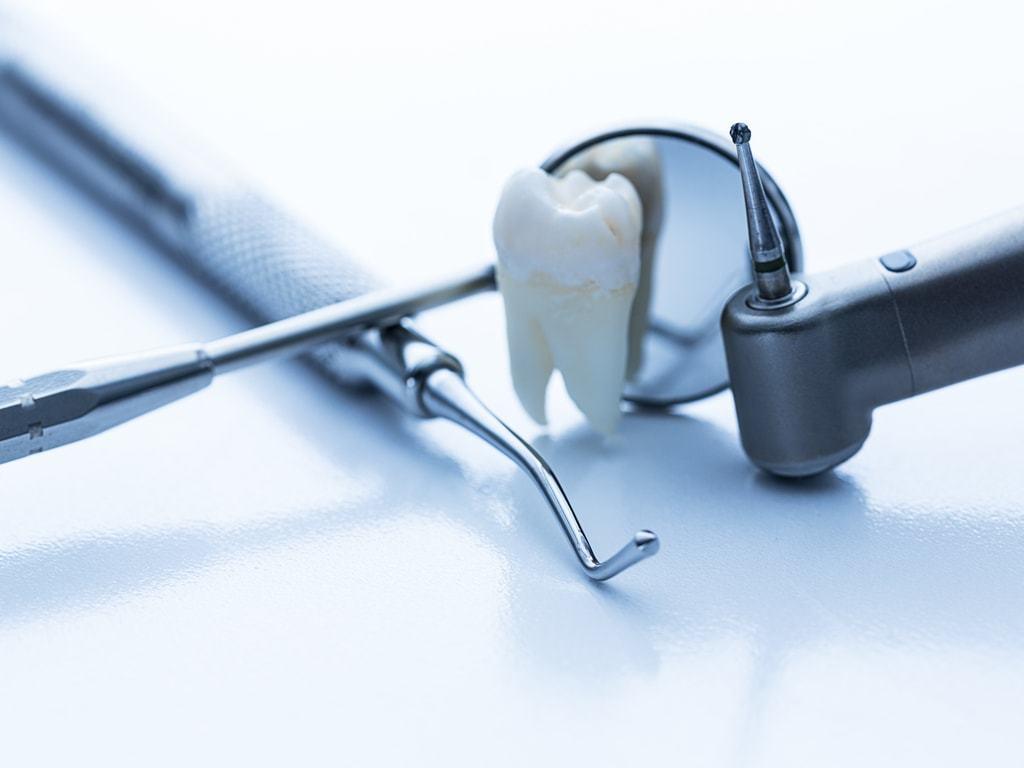 evocation_soins_dentaires_avec_instruments_de_dentiste