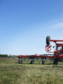 Kverneland 8590 C - 85112 C, smaller tractors, smart transport and reliable performance on field