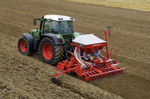 Kverneland DA light weighted cultivator on field