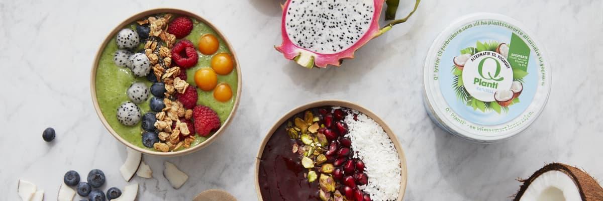 Grønn smoothie bowl med Q® Planti® Naturell, toppet med frisk frukt som blåbær, dragefrukt, bringebær og physalis. Litt müsli for crunch gjør også susen.