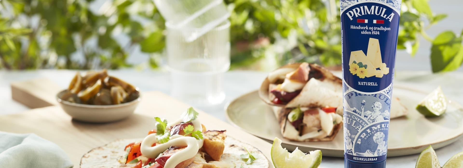 Sommerwraps med Primula og grillede grønnsaker, toppet med friske urter og lime.
