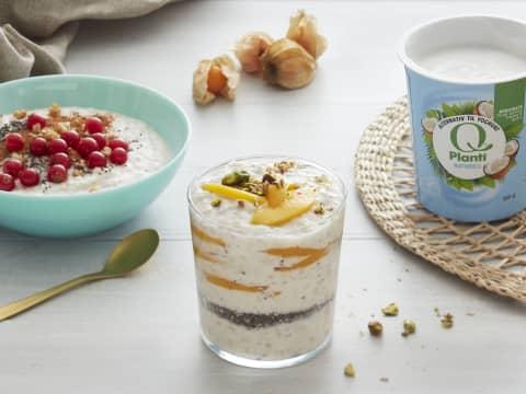 Frokostgrøt med Q® Planti® Naturell er en garantertgod start på dagen!Her med biter av mango og sprø pistasjnøtter på toppen.