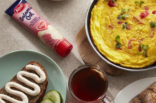 Solgul omelett med SalamiOst fra Kavli, tomater og urter