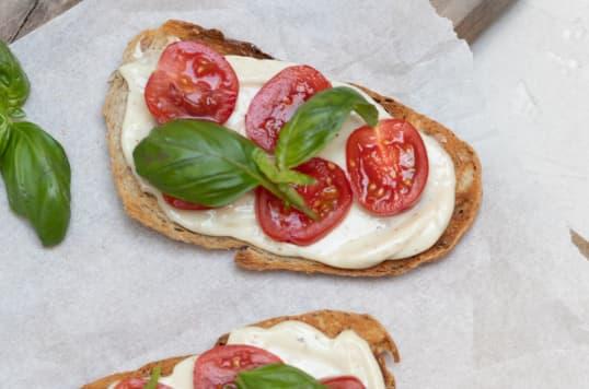 Hverdagsbruschetta med Kavli MagerOst, tomat og basilikum gir en lekker og lett lunsj.