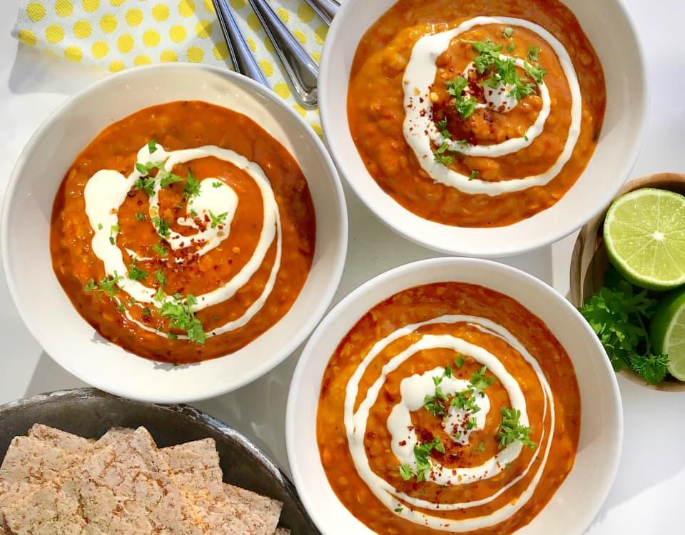 Korni flatbrød fra Kavli passer godt til sterk og krydret mat. Indisk Dal, en vegansk linsegryte er vår favoritt.