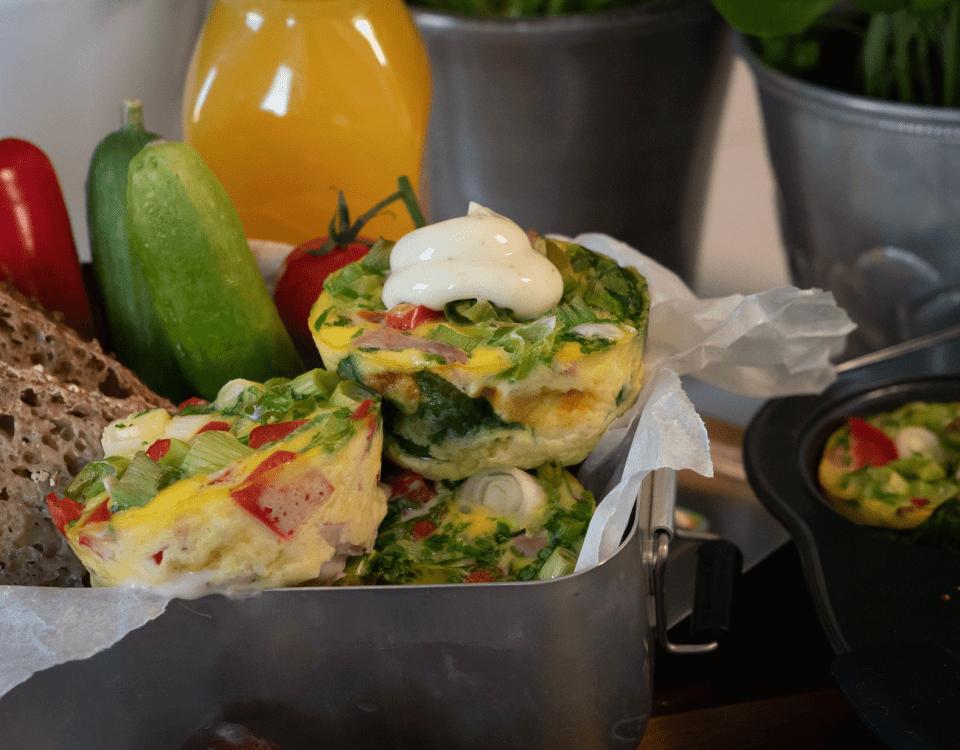 Lekende lett lunsj med omelett i muffinsformer, fylt med Kavli MagerOst Skinke, paprika, vårløk og spinat.