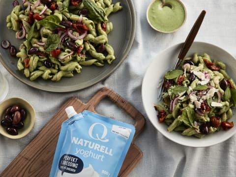 Pastsalat smaker ekstra godt med dressing laget av Q Naturellyoghurt og urter.