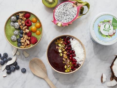 Grønn smoothie bowl med Q Planti Naturell, toppet med frisk frukt som blåbær, dragefrukt, bringebær og physalis. Litt müsli for crunch gjør også susen.