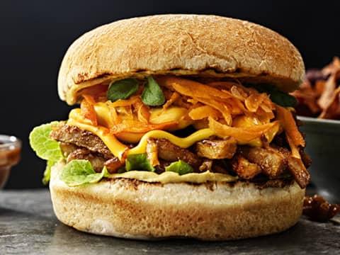 Bild på hamburgare med Johnnys Dijonsenap och BBQ-sås