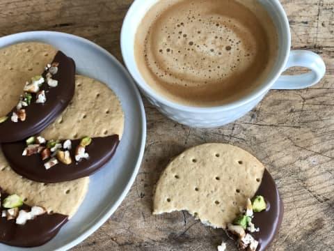 Sibas kjeks dyppet i mørk sjokolade med nøttepynt lages på 1-2-3 og smaker nydelig til en kopp kaffe.