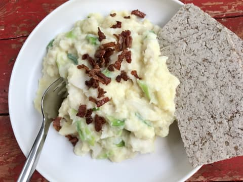 Korni flatbrød fra Kavli passer veldig godt sammen med fisk. Vi har laget plukkfisk, men Korni passer like godt til fiskegrateng, kokt torsk eller seibiff med løk.