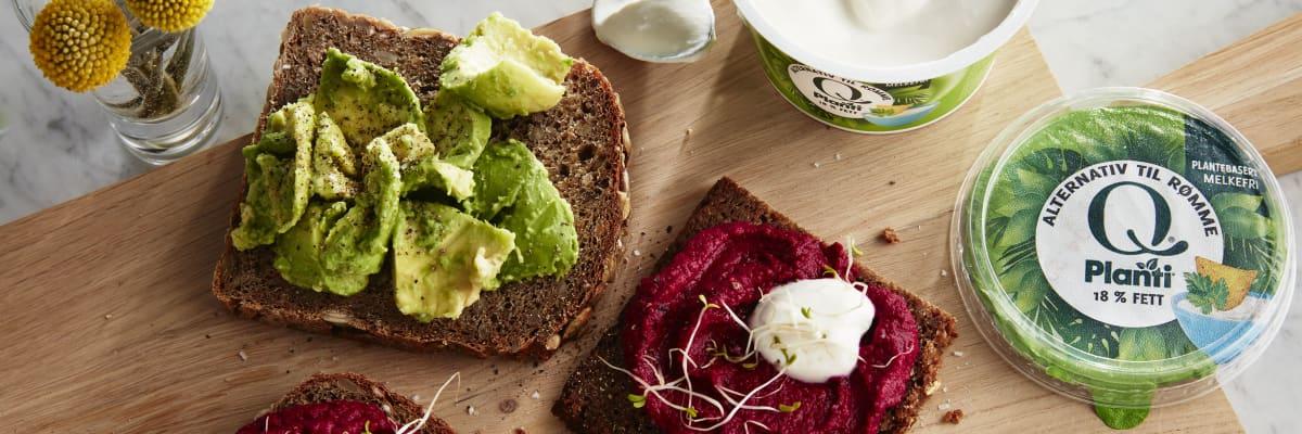 Hummus med Q® Planti® alternativ til rømme er knallgodt på rugbrød med avocado og bønnespirer.