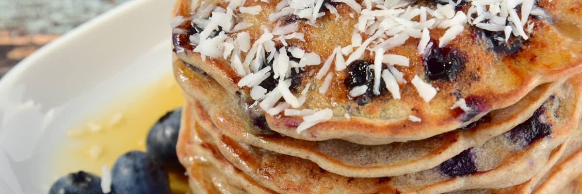 Pannekaker med SKYR, blåbær og kokos er deilig frokost eller lunsj.