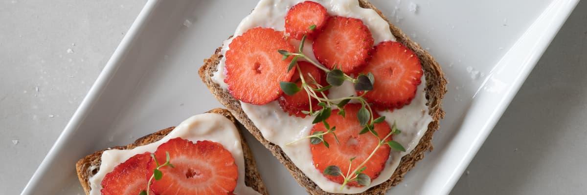 Prøv en frisk smakskombinasjon på skiven med MagerOst Kylling fra Kavli, ferske jordbær og timian