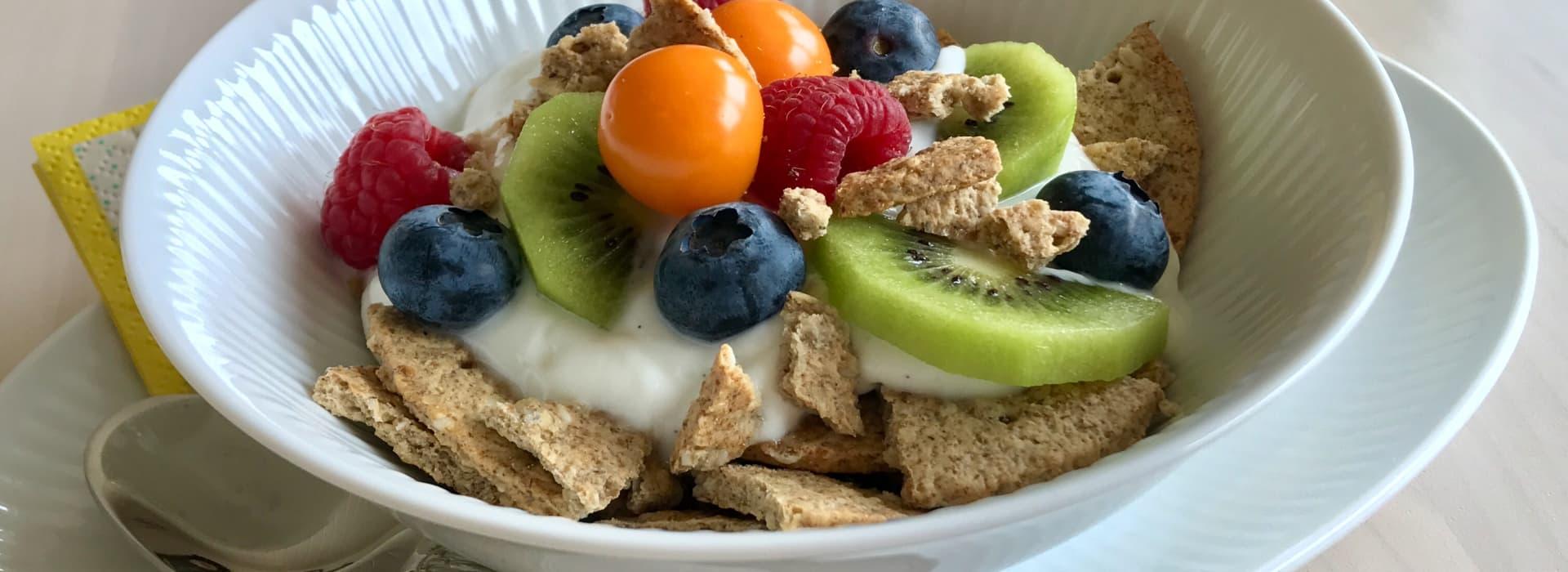 Knuste Korni Rug med yoghurt og bær