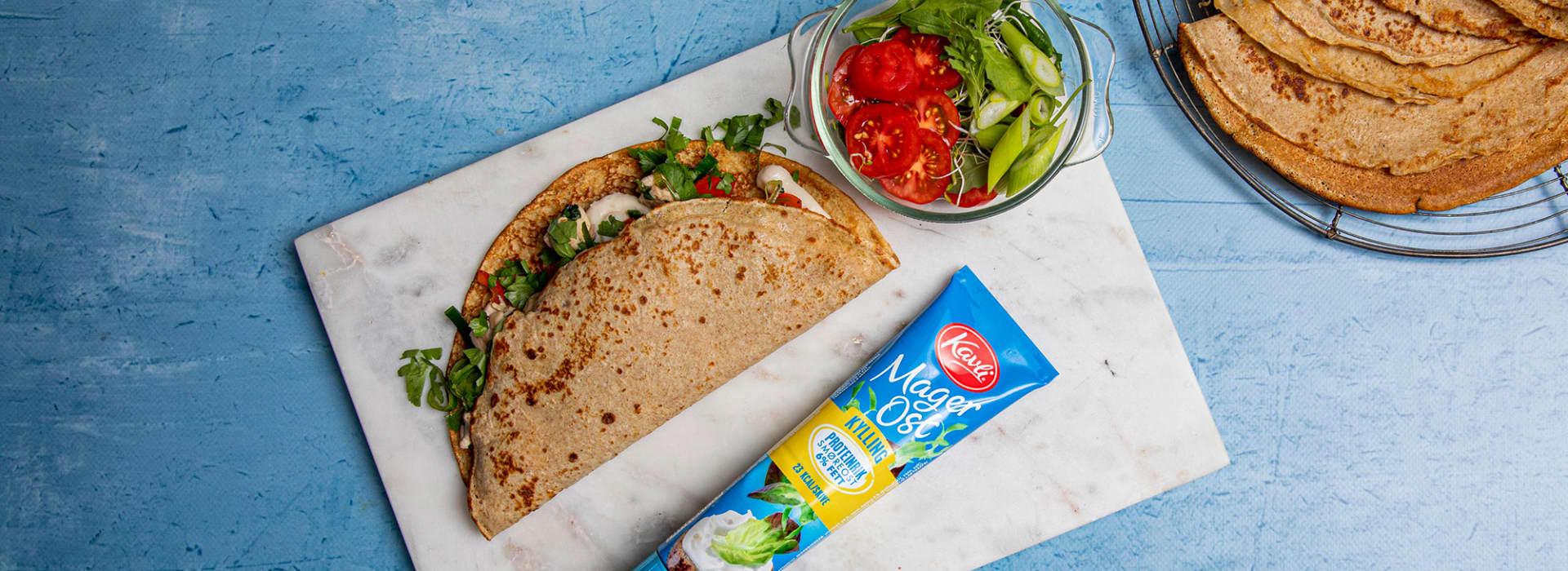 Grove pannekaker med Kavli MagerOst Kylling og grønnsaksfyll som paprika, purre og sjampinjong.