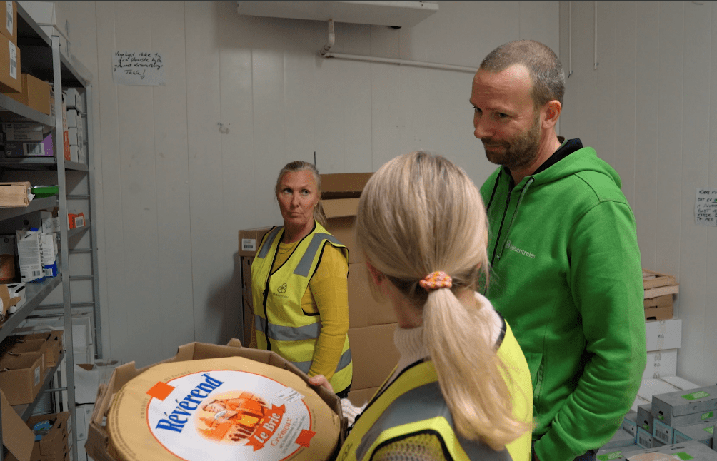 Kavli-ansatte arbeider på matlageret hos Matsentralen Oslo, sammen med daglig leder Cristiano Aubert