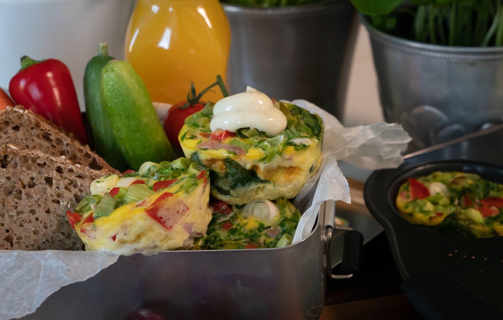 Lekre og magre porsjonsomeletter med MagerOst Pesto, vårløk, skinke og paprika