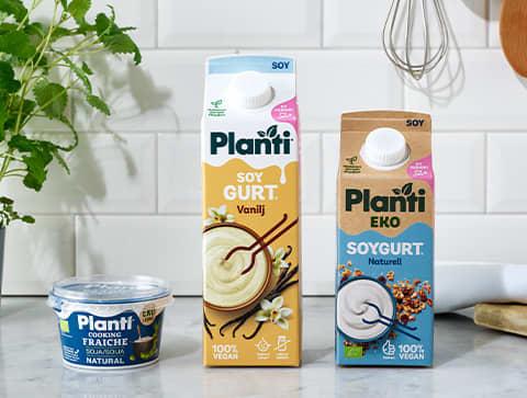 Bild på ett urval av Plantis sortiment - Planti Cooking Fraiche, Planti Soygurt Vanilj, Planti EKO Soygurt Naturell